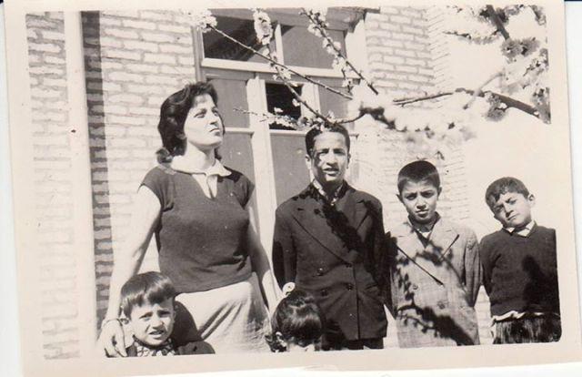 مامان، سه اخوی همدست، تعدادی(!) از  برادران و خواهر در کنار پنجره تنبی و آن دربچه